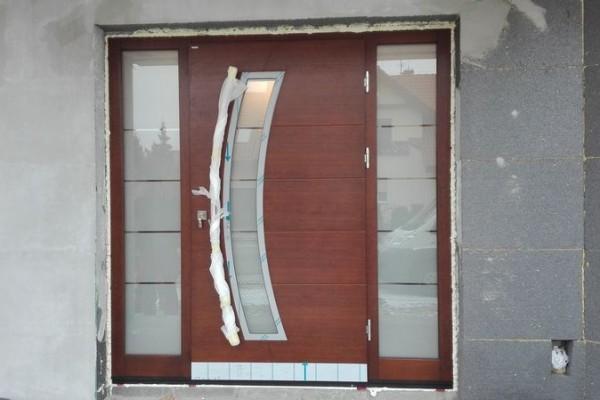 brązowe drzwi drewniane